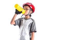 Kleines Mädchen mit Radfahrenkleidung I trinkend lizenzfreie stockfotos