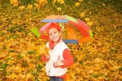Kleines Mädchen mit Regenschirm stockbilder