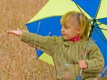 Kleines Mädchen mit Regenschirm Lizenzfreie Stockbilder