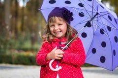Kleines Mädchen mit Regenschirm Lizenzfreies Stockbild
