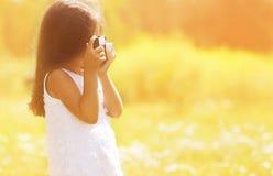 Kleines Mädchen mit Retro- Kamera Lizenzfreies Stockbild