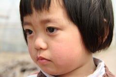 Kleines Mädchen mit Rissen Stockbilder