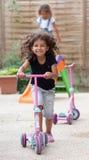 Kleines Mädchen mit Roller Stockfotografie