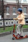 Kleines Mädchen mit Roller Lizenzfreies Stockbild