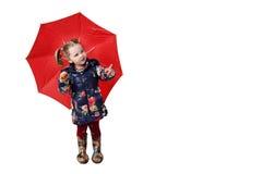 Kleines Mädchen mit rotem Regenschirm stockfoto