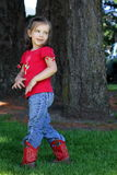 Kleines Mädchen mit roten Cowboystiefeln Lizenzfreie Stockfotos