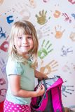 Kleines Mädchen mit Rucksack Stockbild