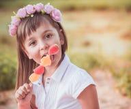Kleines Mädchen mit Süßigkeit Stockbild