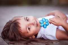 Kleines Mädchen mit Süßigkeit Stockbilder