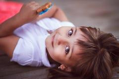Kleines Mädchen mit Süßigkeit Lizenzfreies Stockbild