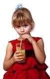 Kleines Mädchen mit Saft Stockfoto