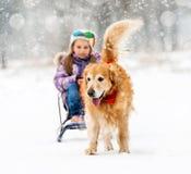 Kleines Mädchen mit Schlitten und Hund Lizenzfreies Stockbild
