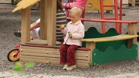 Kleines Mädchen mit Seifenblasen stock footage