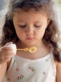 Kleines Mädchen mit Seifenluftblasen Lizenzfreie Stockfotografie
