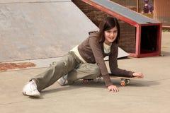 Kleines Mädchen mit Skateboard Stockfotos