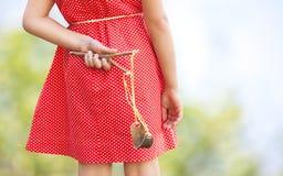 Kleines Mädchen mit Slingshot stockfoto