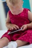 Kleines Mädchen mit smartphone Lizenzfreies Stockfoto