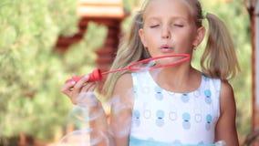 Kleines Mädchen mit Sonnenblasen-Sommers der Seife spielerischem hellem des lustigen Kinder stock footage