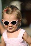 Kleines Mädchen mit Sonnenbrilleportrait stockfotos