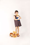 Kleines Mädchen mit Spielwaren Lizenzfreie Stockfotografie