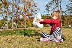 Kleines Mädchen mit Spielzeug des weißen Bären Lizenzfreie Stockfotos