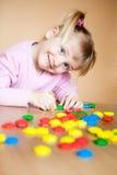 Kleines Mädchen mit Spielzeugmosaik Stockfotos