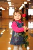 Kleines Mädchen mit stieg in Hände stehen im Kaffee Lizenzfreies Stockfoto