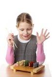 Kleines Mädchen mit Sushi Stockfoto