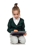 Kleines Mädchen mit Tablette lizenzfreie stockfotos