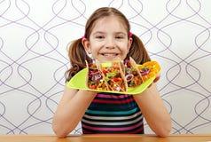 Kleines Mädchen mit Tacos für das Mittagessen lizenzfreies stockbild