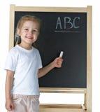 Kleines Mädchen mit Tafel Stockbilder