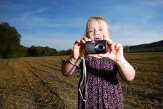 Kleines Mädchen mit Taschenkamera Lizenzfreie Stockfotografie