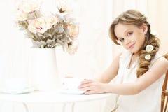 Kleines Mädchen mit Tasse Tee Lizenzfreies Stockfoto