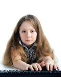 Kleines Mädchen mit Tastatur lizenzfreies stockbild