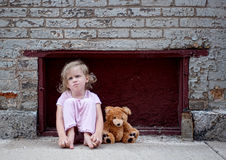 Kleines Mädchen mit Teddy Bear auf Bürgersteig Stockfotos