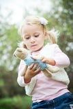 Kleines Mädchen mit Teddybären Lizenzfreies Stockbild