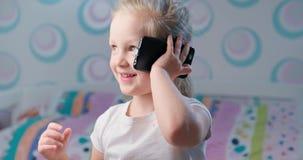 Kleines Mädchen mit Telefon stock footage