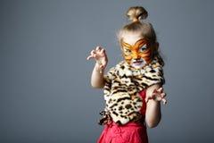 Kleines Mädchen mit Tigerkostüm Stockbilder