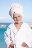 Kleines Mädchen mit Tuch auf Kopf im weißen Bademantel Lizenzfreie Stockbilder