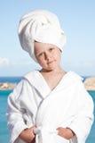 Kleines Mädchen mit Tuch auf Kopf im weißen Bademantel Lizenzfreie Stockfotos
