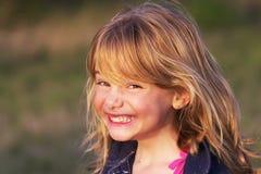 Kleines Mädchen mit unverschämtem Lächeln Lizenzfreie Stockfotos