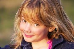 Kleines Mädchen mit unverschämtem Lächeln Stockfotografie