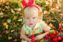 Kleines Mädchen mit Verband auf dem Kopf von saloha Sitzen Stockbilder