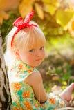Kleines Mädchen mit Verband auf Hauptsitzen Lizenzfreie Stockfotos