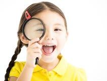 Kleines Mädchen mit Vergrößerungsglas stockbild