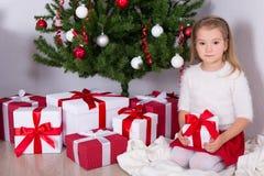Kleines Mädchen mit verziertem Weihnachtsbaum zu Hause Lizenzfreie Stockfotografie