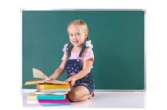 Kleines Mädchen mit vielen Büchern Stockfotografie