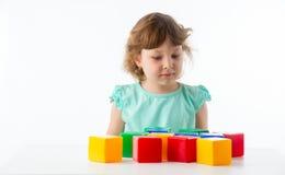 Kleines Mädchen mit Würfeln Stockfoto