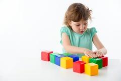 Kleines Mädchen mit Würfeln Lizenzfreies Stockfoto