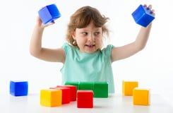 Kleines Mädchen mit Würfeln Stockbild